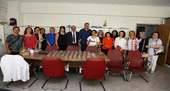 Başkan Ak'tan 13 bin öğretmene aşure ikramı