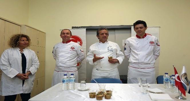 Meşhur aşçı YENİMEK kursiyerlerine aşure tarifi verdi