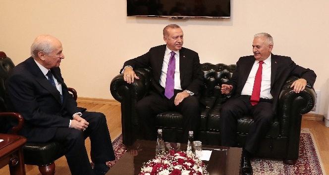 Cumhurbaşkanı Recep Tayyip Erdoğan, 27. Dönem 2. Yasama Yılı açılış konuşmasının gerisinde MHP Genel Başkanı Devlet Bahçeli ile TBMM'de görüşüyor.