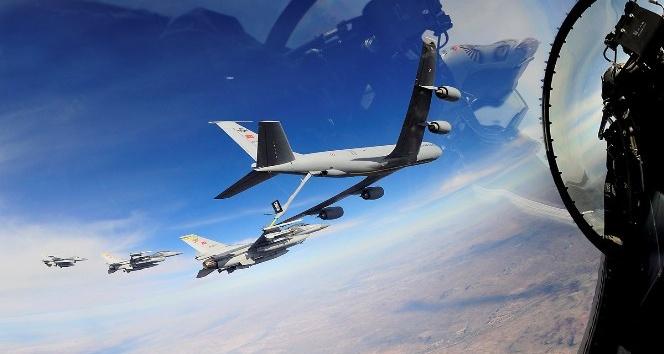 F-16'lara havada yakıt ikmali